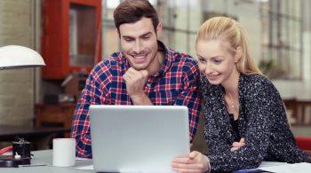 junge leute schauen zusammen auf laptop
